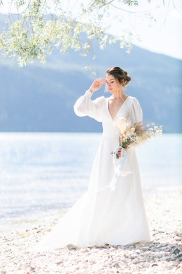 Bouquet de mariée confectionné par l'atelier LILAS WOOD, Design Floral & Fleuriste Mariage Aix les bains (73) Lac du Bourget en Savoie - Photographe Julien Bonjour.