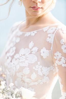Robe de mariée confectionnée par Mademoiselle Rêve, Lilas Wood Design Floral & Fleuriste Mariage Aix les bains (73) Lac du Bourget en Savoie - Photographe Julien Bonjour.