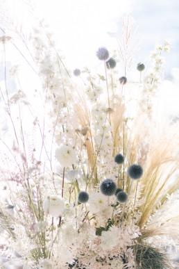 Composition florale confectionnée par l'atelier LILAS WOOD, Design Floral & Fleuriste Mariage Aix les bains (73) Lac du Bourget en Savoie - Photographe Julien Bonjour.